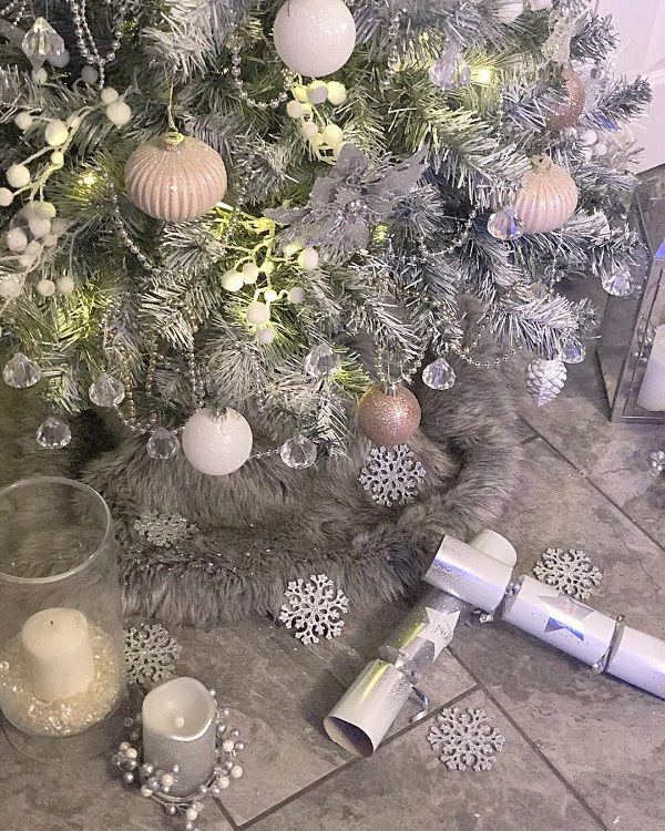 Add splashes of white and pastel pink to create a winter wonderland.
